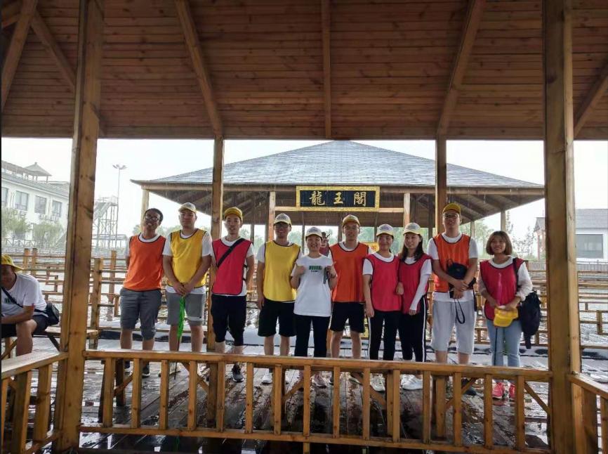 """公司组织员工开赴""""浪漫的海滨度假胜地""""——山东日照,开启一年一度的旅游活动。"""